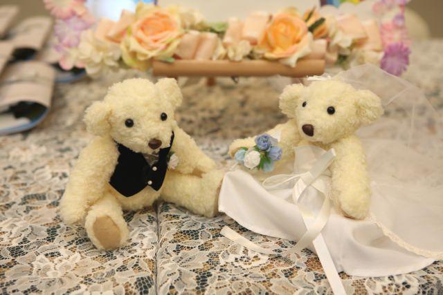 結婚報告するくまの画像