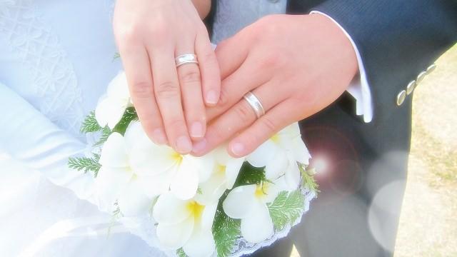 結婚指輪をはめた手の画像